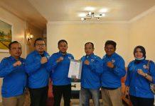 Caretaker DPD KNPI Kota Medan menyerahkan serahkan SK caretaker DPK Medan Maimun, Rabu (20/10/2021).