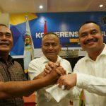 Ketua PWI Pusat Atal Depari (tengah) bersalaman dengan Farianda P Sinik (kanan) dan M Syahrir (kiri) yang terpilih sebagai Ketua PWI Sumut dan Ketua Dewan Kehormatan PWI Sumut 2021-2026
