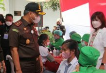 Kepala Kejaksaan Tinggi Sumatera Utara (Kajati Sumut) IBN Wiswantanu, SH, MH tinjau kegiatan Adhyaksa Peduli Vaksin Covid-19 di Kejaksaan Negeri Karo, Senin (25/10/2021).