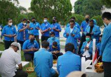 Pengurus dan anggota KNPI Sumut melakukan ziarah di makam pahlawan sebagai rangakaian Peringatan Sumpah Pemuda 2021